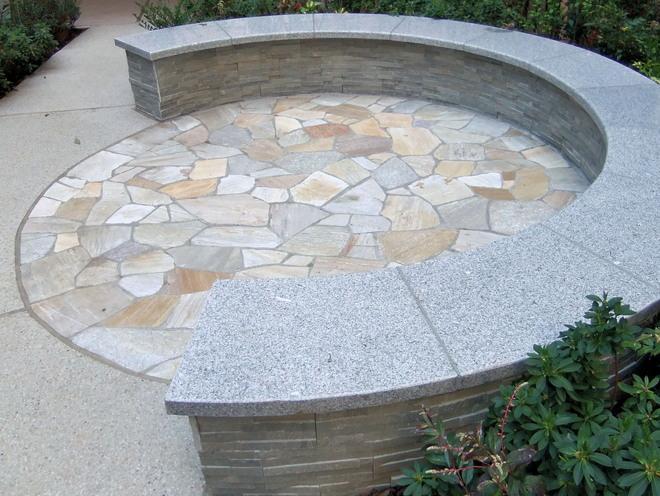 石英岩エルドラドイエロー円形乱貼り&白御影石のベンチ座板